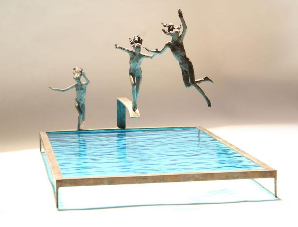 Claire Fontana - Trio de plongeuses - bronze et verre - 43 x 28 x 23 cm - 3400 €