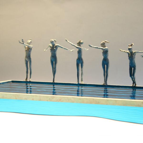 Claire Fontana - Six nageuses - bronze et verre - 40 x 26 x 13 cm - 2400 €